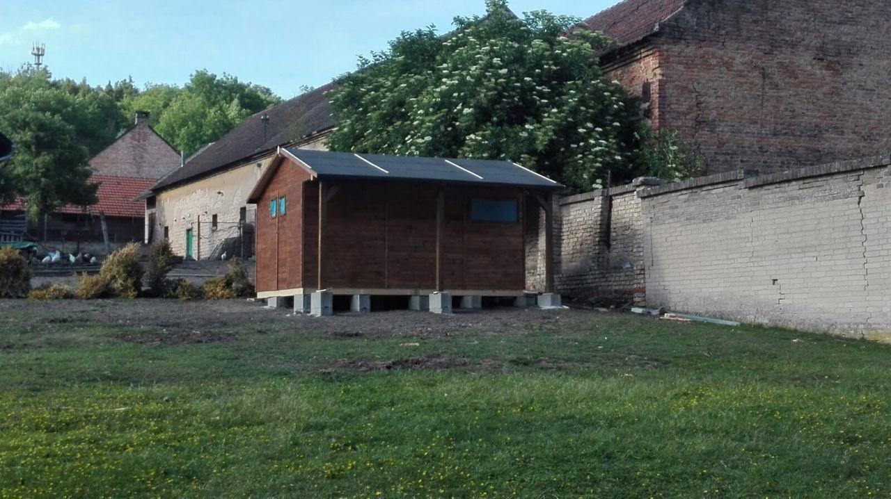 Caba as y casetas con terraza caseta de jard n de madera for Casetas jardin resina baratas